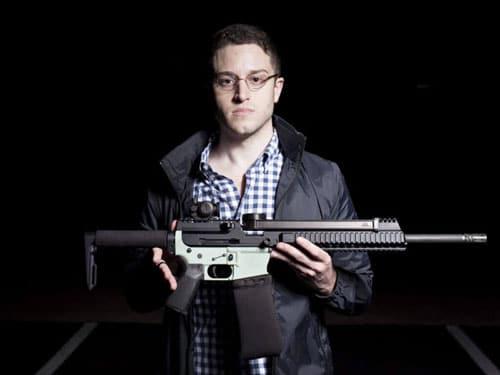 کدی ویلسون اسلحه چاپ شده با پرینتر سه بعدی را نمایش میدهد