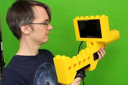 تفنگ غول پیکر لگویی که با پرینت سه بعدی ساخته شده و بین دنیای واقعی و مجازی شلیک میکند!